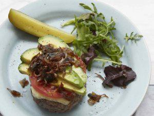 【ピオッピ式長生きレシピ】チーズハンバーグ、トマトとアボカドとオニオンソテーのせ