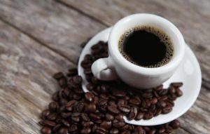 【専門医解説】痛風の予防に「コーヒーとビタミンC」が役立つ?尿酸値を下げる働きが期待できる