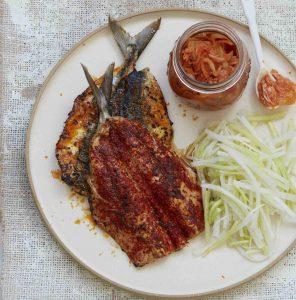 【ピオッピ式長生きレシピ】サバのオイル焼き、ダイコンとキュウリのサラダとキムチ添え