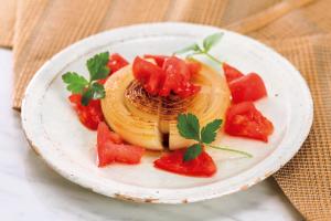 最も涙が出ないタマネギ料理【焼きタマネギのステーキ〜酢トマトを添えて〜】