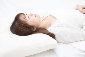 睡眠時無呼吸症候群の対策|枕の高さも重要で、気道を圧迫しない手作り「フラット枕」がおすすめ