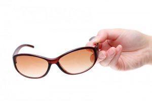 白内障予防のサングラス&メガネの選び方【紫外線とブルーライトを防ぐタイプがおすすめ】