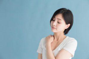 肩甲骨がガチガチに固まると、肩こりに加え頭痛・耳鳴りも招く?【肩甲骨はがし】を大学教授が推奨