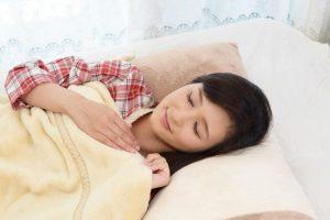【医師推奨】美肌にいいのは横向き寝?あおむけ寝?横向き寝はシミ・クスミを増やすって本当⁉