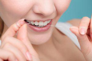 【口内フローラを改善する対策❶】歯垢の除去が最優先だが、歯磨きでは不十分!デンタルフロスの活用が必須
