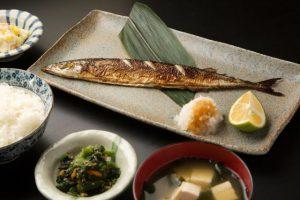 魚をよく食べる人は心臓病や脳卒中の割合が低いことが判明(大学教授が解説)